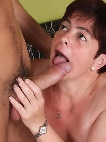 Brunette mature lady sucks long dick