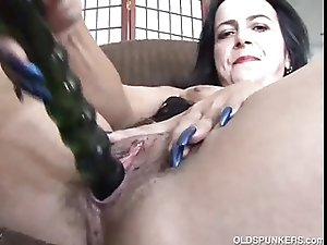 Mature amateur frigs her juicy pussy until she cums